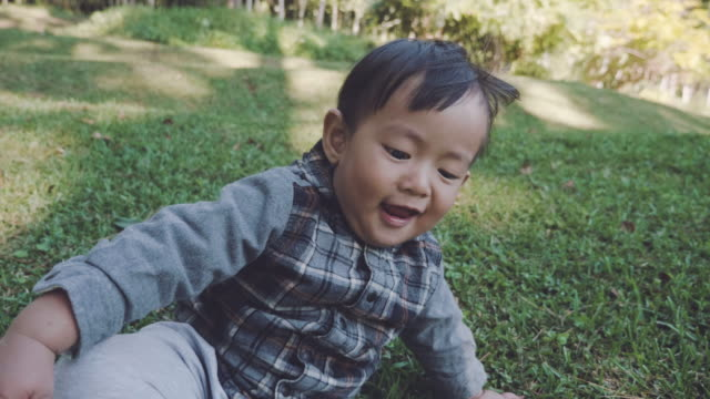 stockvideo's en b-roll-footage met baby jongetje in de natuur - alleen één jongensbaby