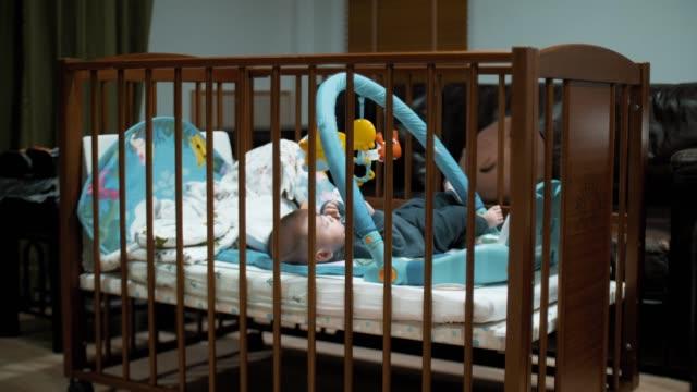 kleines baby junge (2-5 monate) auf dem bett liegend - ein männliches baby allein stock-videos und b-roll-filmmaterial
