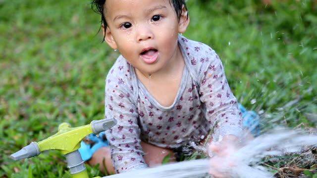kleine kleine junge spielen im hinterhof. - gartenanlage stock-videos und b-roll-filmmaterial