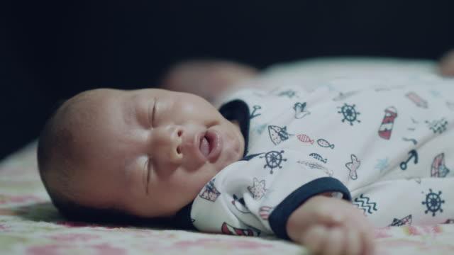kleinen jungen schlafen - schlafenszeit stock-videos und b-roll-filmmaterial