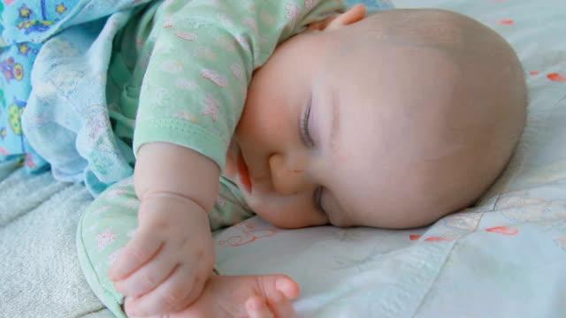vídeos de stock, filmes e b-roll de pequeno bebê menino dormir - só um bebê menino