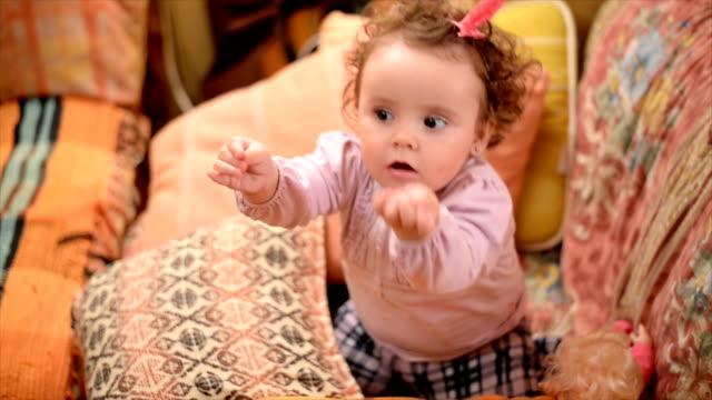 kleine baby-tanz - arme hoch stock-videos und b-roll-filmmaterial