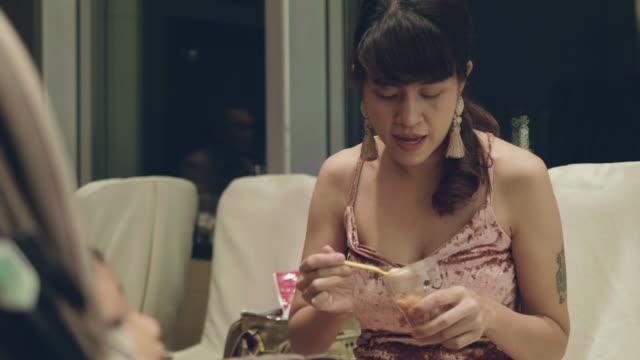 vídeos de stock, filmes e b-roll de bebê comendo no carrinho de bebê. - comida de bebê