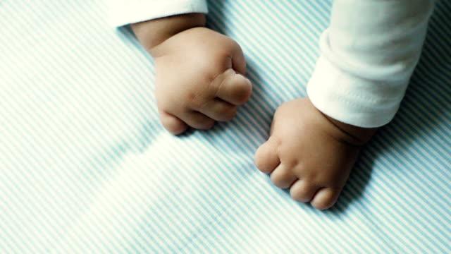 vídeos y material grabado en eventos de stock de primer plano de las manos de bebé - puño