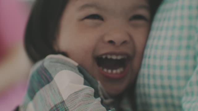 笑う小さな赤ちゃん - 自閉症点の映像素材/bロール