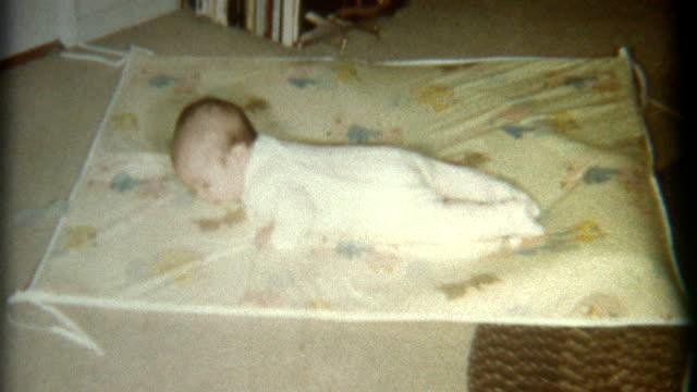 vidéos et rushes de petit bébé sur le tapis 1967 - 1960