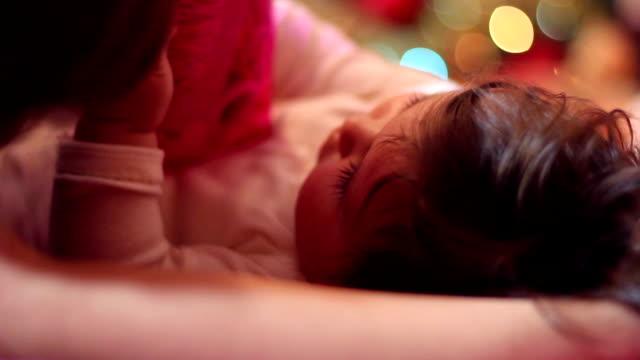 vidéos et rushes de petit bébé joue avec les cas gros plan - tante