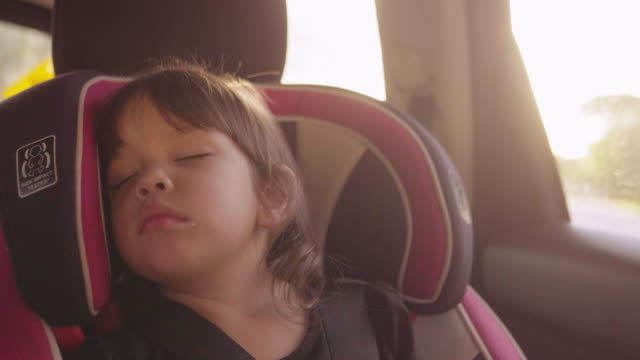 vídeos de stock e filmes b-roll de little baby sleeping in safety carseat. - cadeira