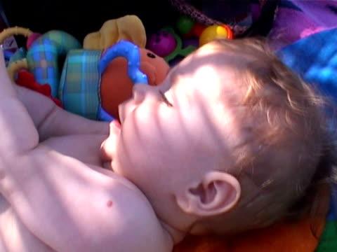 kleines baby - auf dem rücken liegen stock-videos und b-roll-filmmaterial