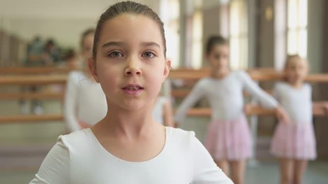 vídeos de stock e filmes b-roll de little ballerina - body de ginástica