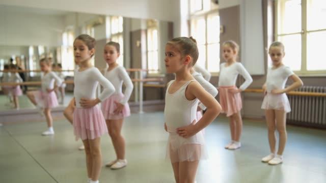 バレエクラスの小さなバレリーナ - バレエ練習用バー点の映像素材/bロール