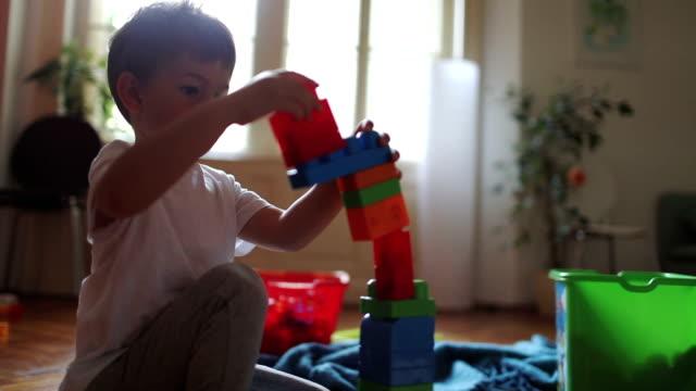 Kleine Jungen und Bausteine