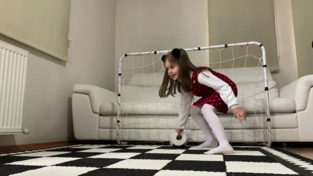 vídeos y material grabado en eventos de stock de un niño y una niña jugando al fútbol con papel higiénico en casa - pelota