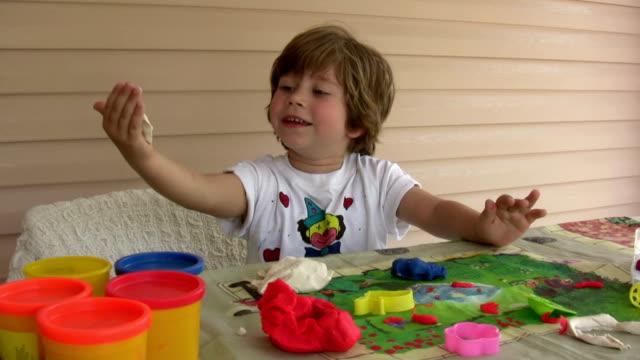 少年と playdough - 粘土点の映像素材/bロール