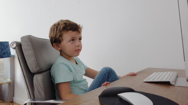 vídeos y material grabado en eventos de stock de niño pequeño que asiste a clase escolar en línea durante la cuarentena epidémica de coronavirus - computación en nube