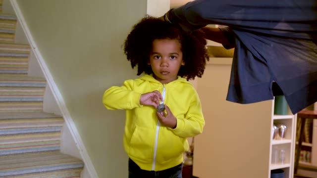 vídeos de stock e filmes b-roll de little boy being measured by his mother. - andar em bico de pés