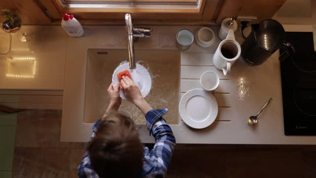 皿を掃除する小さな男の子 - 皿洗い点の映像素材/bロール