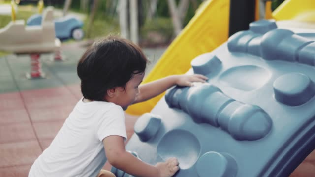 vídeos y material grabado en eventos de stock de pequeño niño escalada en un gimnasio jungle - estructura metálica para niños