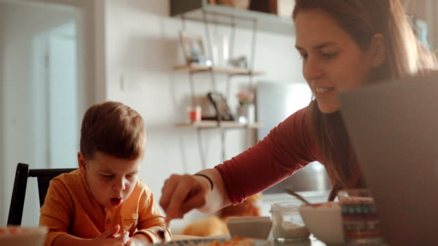 vidéos et rushes de petit garçon toussant pendant son petit déjeuner - petit déjeuner