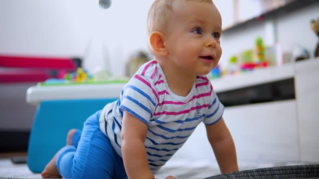 床に這う小さな男の子 - 這う点の映像素材/bロール