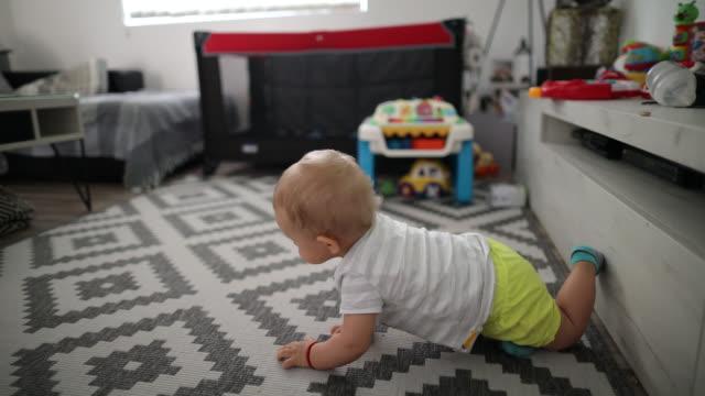 Kleiner Junge kriecht auf dem Boden