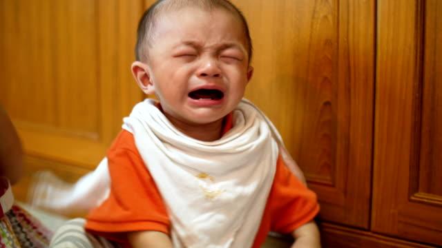 vídeos de stock e filmes b-roll de little boy (6-11 months) cries really emotional - 6 11 meses