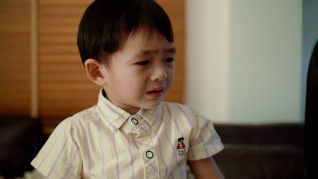 泣いている小さな男の子 - 口を尖らせる点の映像素材/bロール