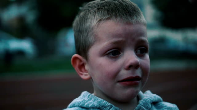 vídeos de stock e filmes b-roll de little boy crying - tristeza