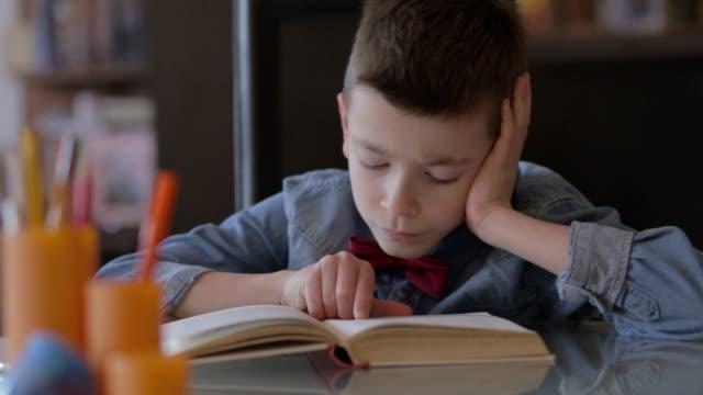 Petit garçon à faire leurs devoirs