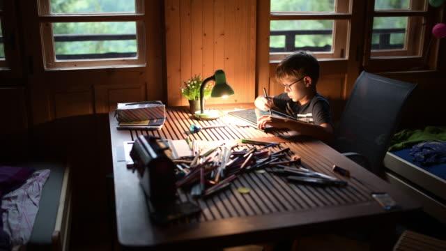 vídeos de stock, filmes e b-roll de garotinho desenhando em casa - electric lamp