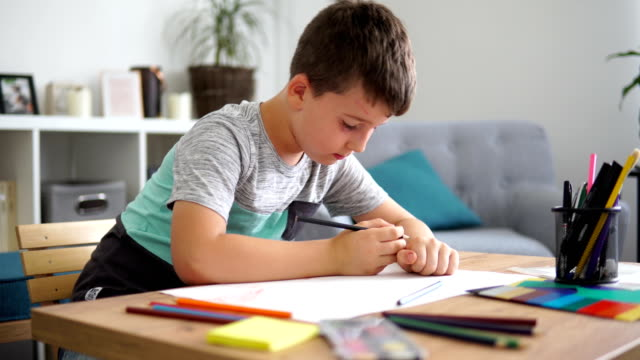 stockvideo's en b-roll-footage met jongetje op papier - tekenen