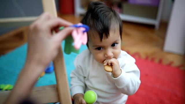 食べて、誰かと遊ぶ少年 - 遊具点の映像素材/bロール