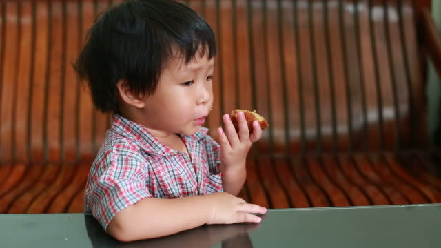 Kleiner Junge isst Bananenkuchen