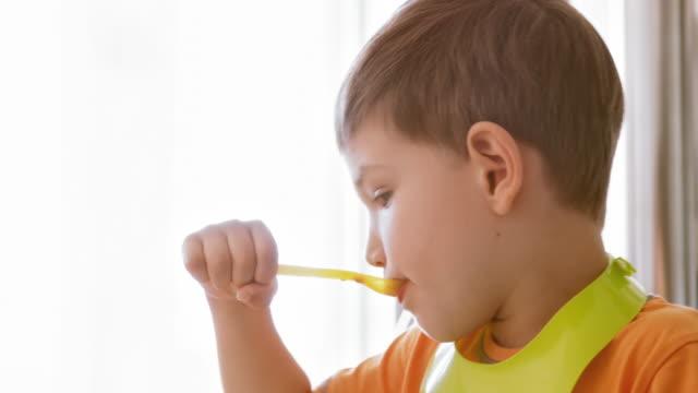 Kleine jongen eten lunch