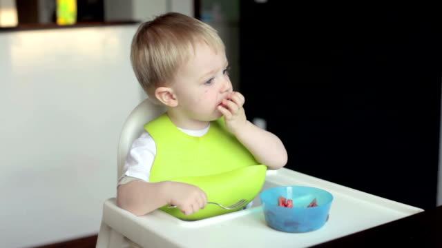 kleine junge isst - ein männliches baby allein stock-videos und b-roll-filmmaterial