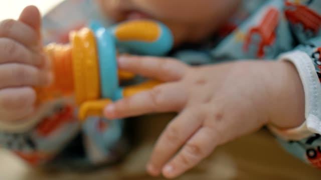 liten pojke äta vattenmelon - 6 11 månader bildbanksvideor och videomaterial från bakom kulisserna