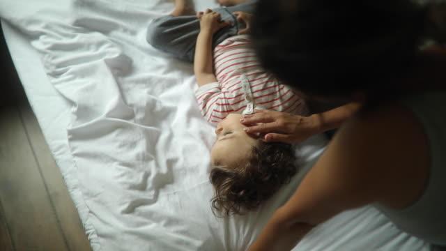 vídeos de stock, filmes e b-roll de garotinho gosta de se abraçar com a mãe no início da manhã - cabelo encaracolado