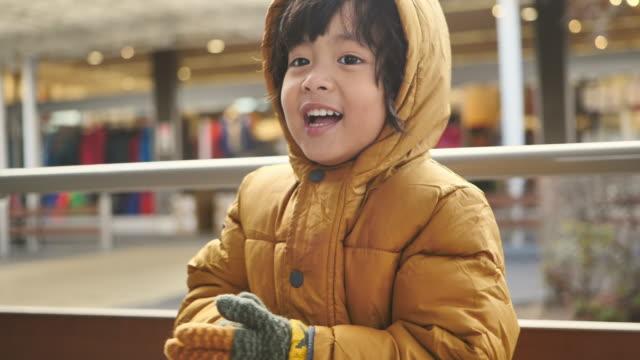 kleiner junge fühlt sich kalt / kaltes wetter - kopfbedeckung stock-videos und b-roll-filmmaterial