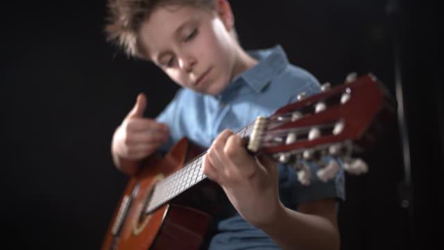 vidéos et rushes de guitare de petit garçon sur l'étape - guitariste