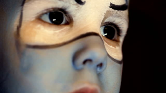 vídeos de stock, filmes e b-roll de menino tendo o rosto pintado na festa de aniversário - arte, cultura e espetáculo