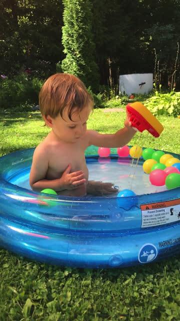 kleiner junge mit spaß im pool im hinterhof - freibad stock-videos und b-roll-filmmaterial