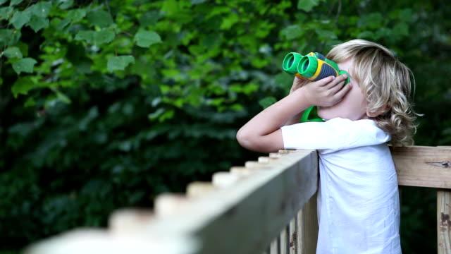 vídeos de stock, filmes e b-roll de menino em casa na árvore - treehouse