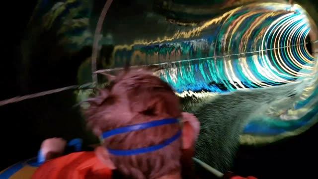 liten pojke i vatten rutsch bana - vattenrutschbana rutschkana bildbanksvideor och videomaterial från bakom kulisserna