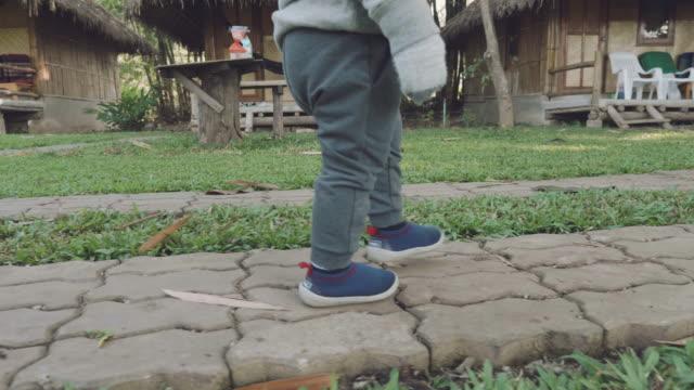 小さな男の子は公園で歩いています。 - 男の赤ちゃん一人点の映像素材/bロール