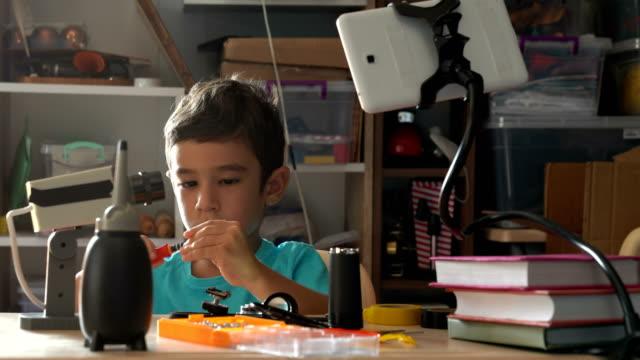 Petit garçon apprentissage bricolage pour réparer