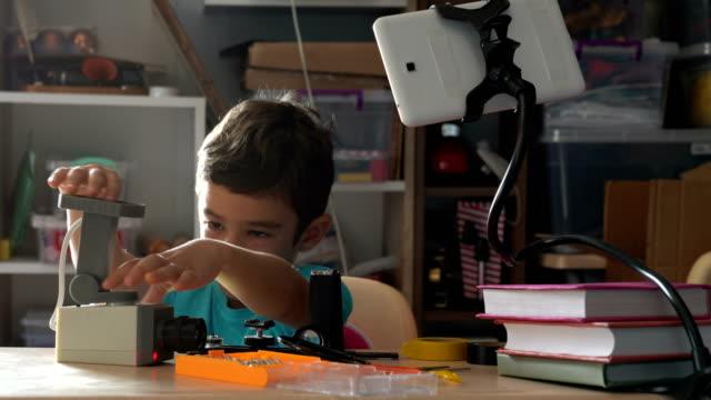 Kleiner Junge lernen DIY für Reparatur