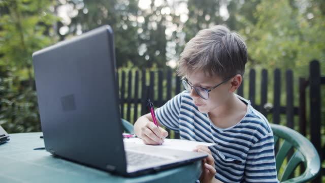 stockvideo's en b-roll-footage met weinig jongen die leert om met behulp van zelfstudie te trekken - alleen jongens