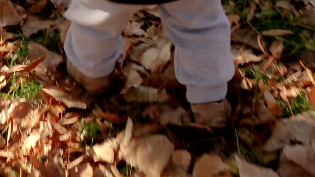 en liten pojke lär sig gå, närbild - pojkbaby bildbanksvideor och videomaterial från bakom kulisserna