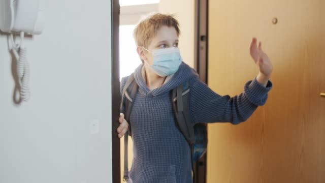 vidéos et rushes de petit garçon partant pour l'école pour la première fois après le verrouillage - porter