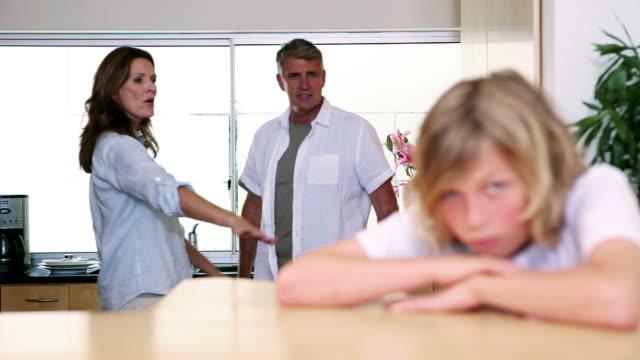 vídeos de stock e filmes b-roll de little boy listening to his parents having a fight - cara para baixo